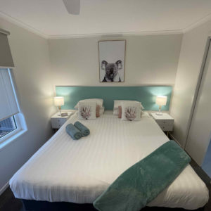 King Bed (Twin/Triple Apartment)